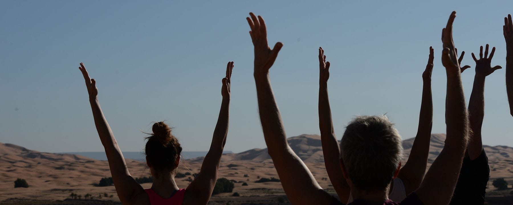 NOSADE Hands up rooftop yoga_Source Picture Alliance